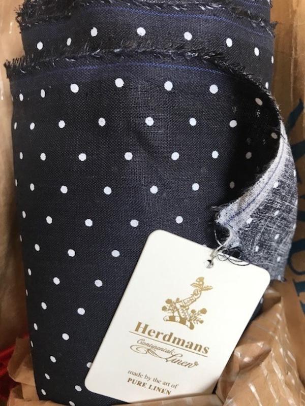 ハードマンリネンの濃紺に白のドットが入荷しました。