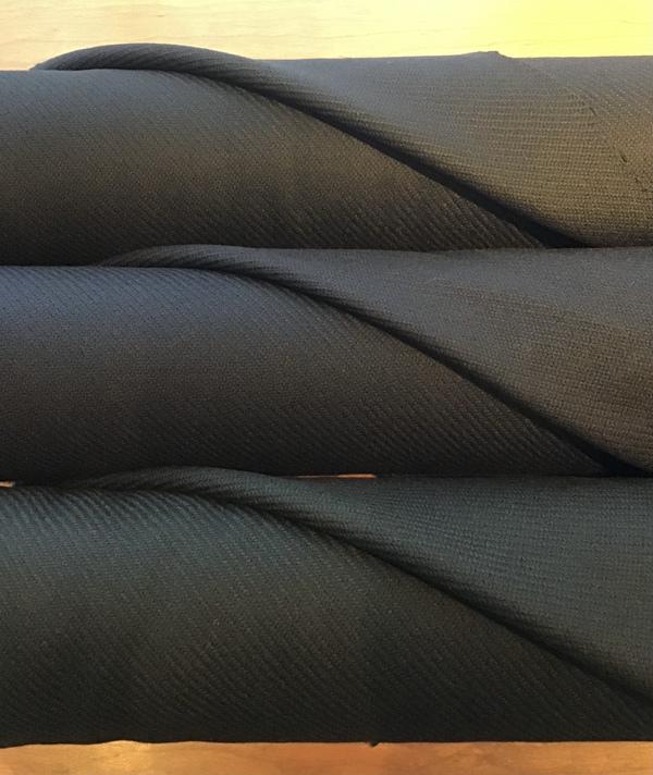 上質な織りのウール生地入荷しました。